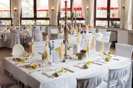 white table cloth with yellow table napkin
