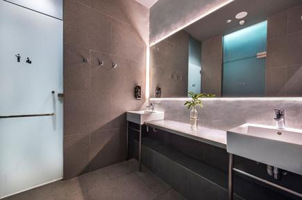clean and luxurios washroom